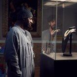 Omar Sy observa atentamente unas joyas en 'Lupin'
