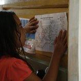 Öykü mira un mapa del metro en 'Mi hija'