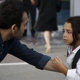 Demir sujeta del brazo a Öykü en 'Mi hija'