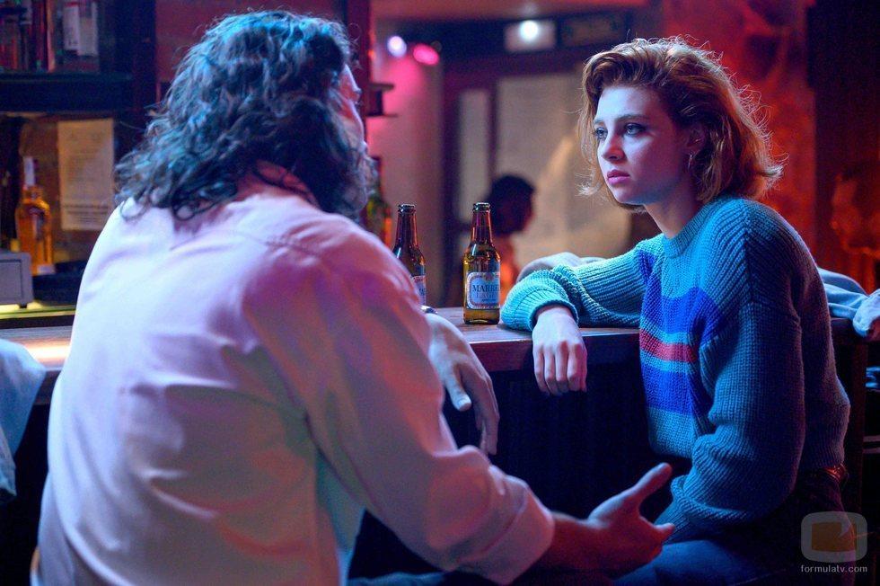 María (Carmen Climent) junto a su novio en 'Cuéntame'