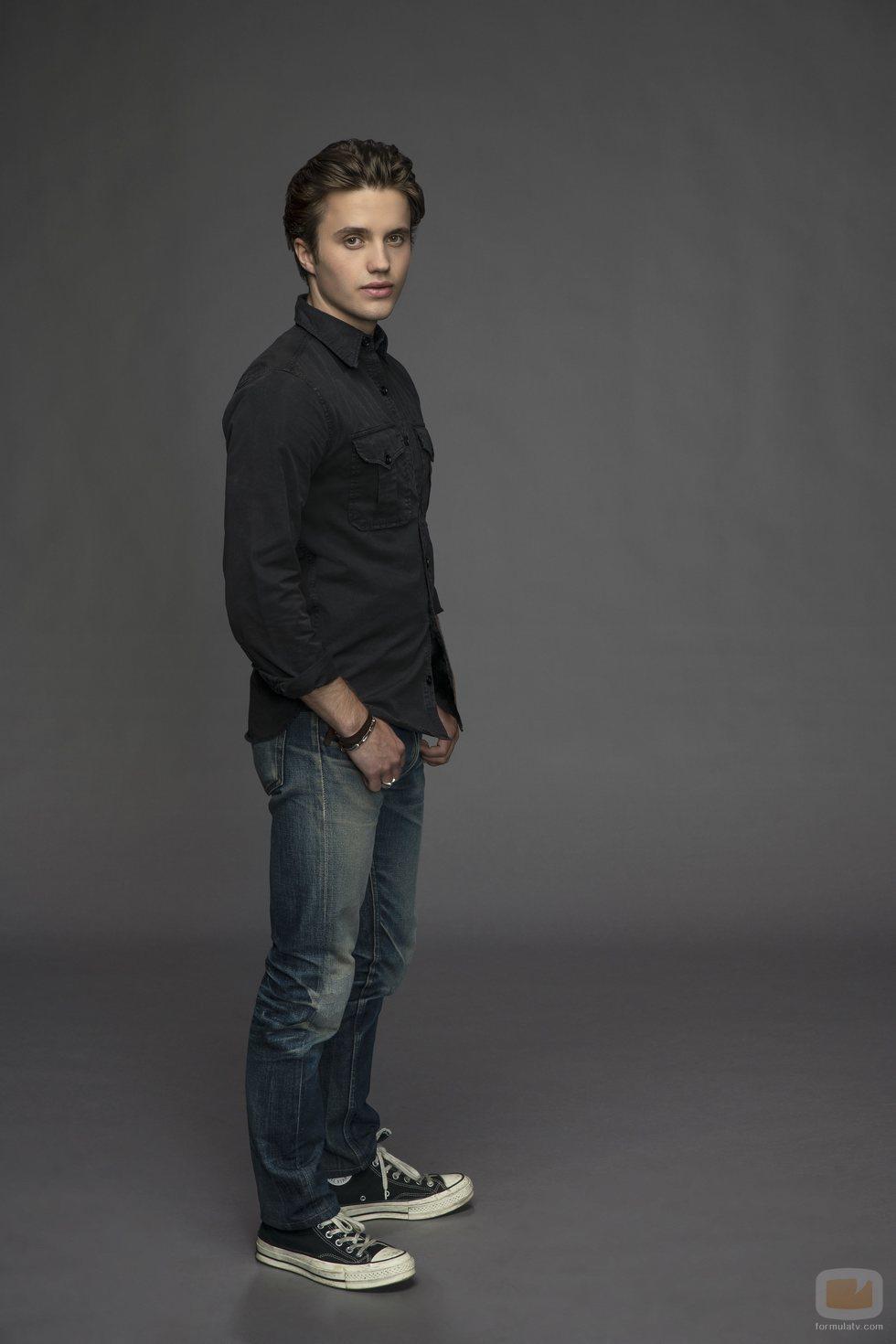 George Sear como Benji en 'Con amor, Víctor'