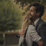 Irene Arcos y Juan Diego Botto se abrazan en 'Todos mienten'