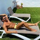 Manuel González tomando el sol en bañador