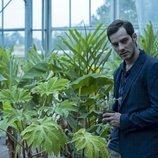 Joel Bosqued sostiene una planta en 'El Internado: Las Cumbres'