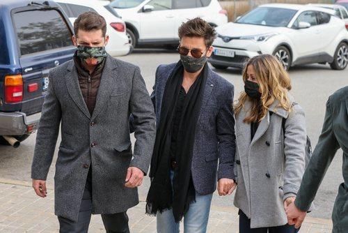 Manu Tenorio, Javián y Verónica Romero asisten al funeral de Àlex Casademunt