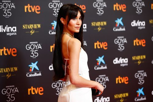 Aitana posa en la alfombra roja de los Premios Goya 2021