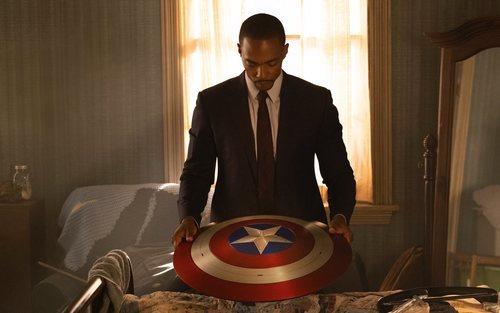Anthony Mackie con el escudo del Capitán América en 'Falcon y el Soldado de Invierno'