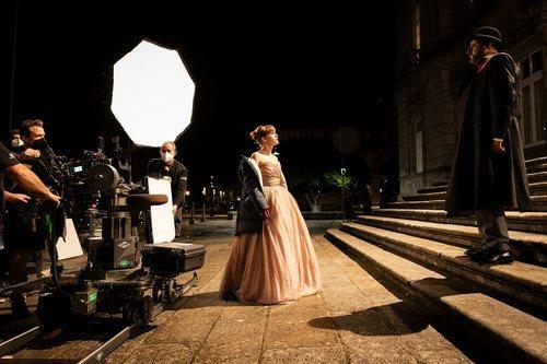 Aura Garrido y Jean Reno en el rodaje de 'Un asunto privado'