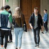 Pol Rubio en los pasillos de la universidad en el 2x02 de 'Merlí: Sapere Aude'