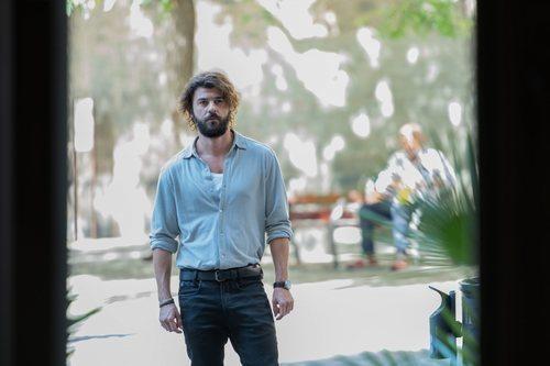 Axel mira al frente en el 2x02 de 'Merlí: Sapere Aude'