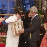 Ancor recibe el premio como ganador de 'Maestros de la costura 4'