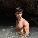 Aitor Ferrón, azafato de 'El precio justo', en el agua