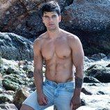 Aitor Ferrón, modelo y actor, posa en la playa
