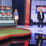 Las azafatas y el presentador de 'El precio justo' con una concursante