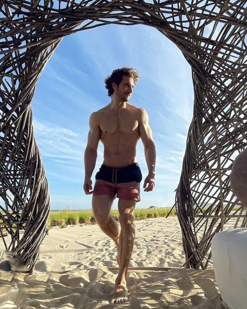 Eugenio Siller enciende las redes con sus fotos sin camiseta