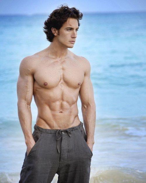 Eugenio Siller, semidesnudo, mira al horizonte