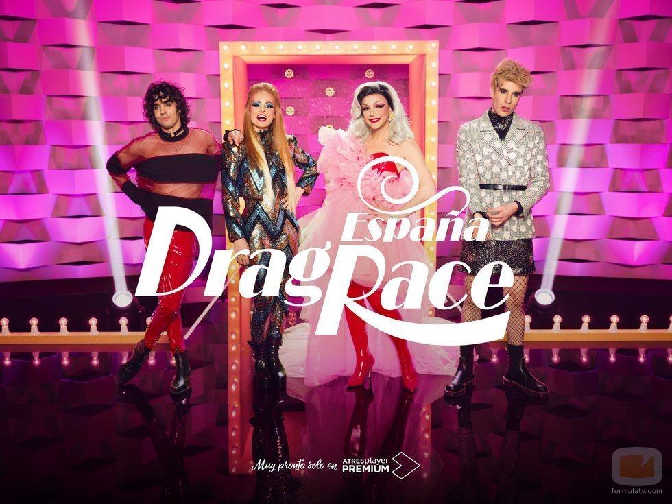 La presentadora y el jurado de 'Drag Race España' posan en el escenario