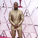Leslie Odom Jr. en la Alfombra Roja de los Oscar 2021