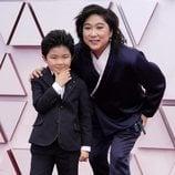 Alan S. Kim y Vicky Kim posan en la Alfombra Roja de los Oscar 2021