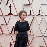 Yuh-Jung Youn posa en la Alfombra Roja de los Oscar 2021