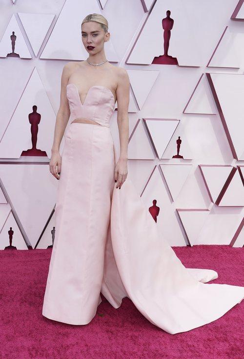 Vanessa Kirby posa en la Alfombra Roja de los Oscar 2021