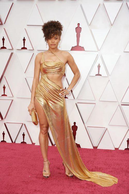 Andra Day posa en la Alfombra Roja de los Oscar 2021