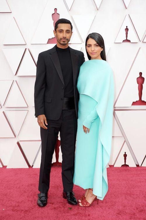 Riz Ahmed junto a Fatima Farheen Mirza en la Alfombra Roja de los Oscar 2021