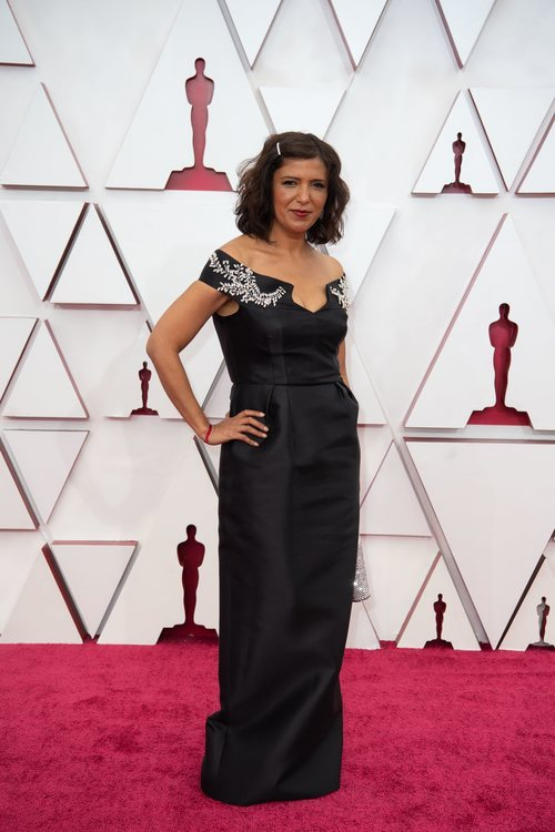 Kaouther Ben Hania posa en la Alfombra Roja de los Oscar 2021