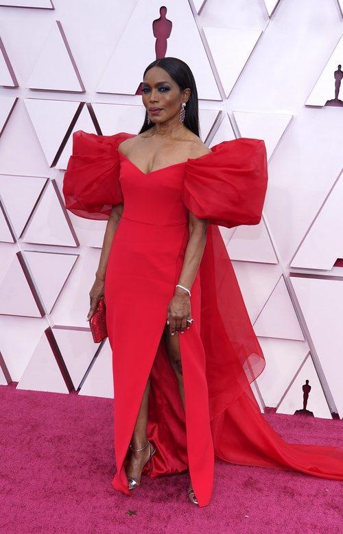 Angela Bassett posa en la Alfombra Roja como presentadora de los Oscar 2021