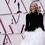 Laura Dern posa en la Alfombra Roja de los Oscar 2021