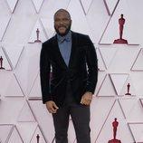 Tyler Perry posa en la Alfombra Roja de los Oscar 2021