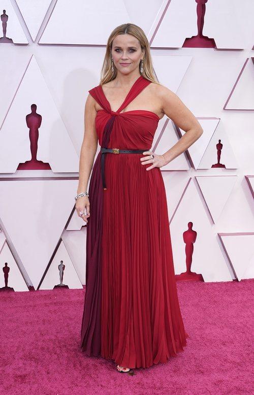 Reese Witherspoon posa en la Alfombra Roja de los Oscar 2021