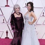 Rita Moreno y Fernanda Luisa Gordon posan en la Alfombra Roja de los Oscar 2021