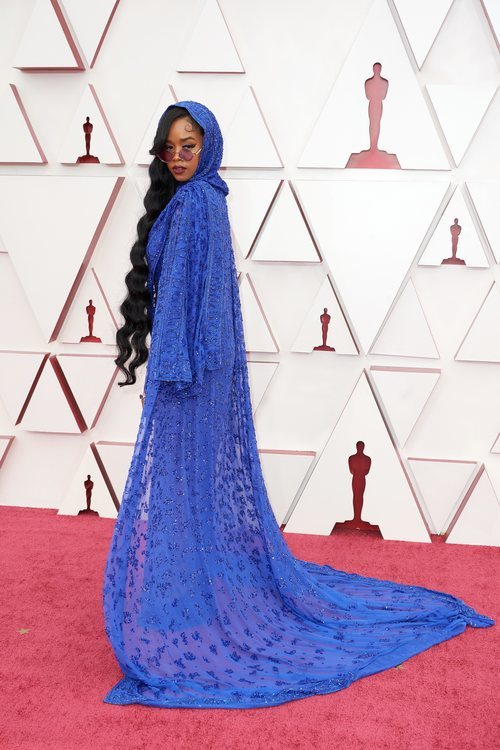 H.E.R. posa en la Alfombra Roja de los Oscar 2021