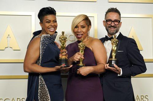 Sergio López-Rivera, Mia Neal y Jamika Wilson posan como ganadores en los Oscar 2021