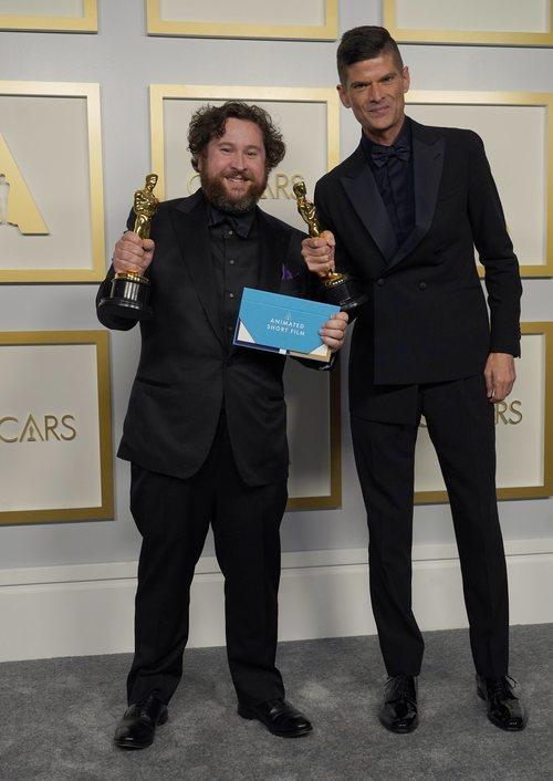 Michael Govier y Will McCormack posan con la estatuilla a Mejor Corto de Animación