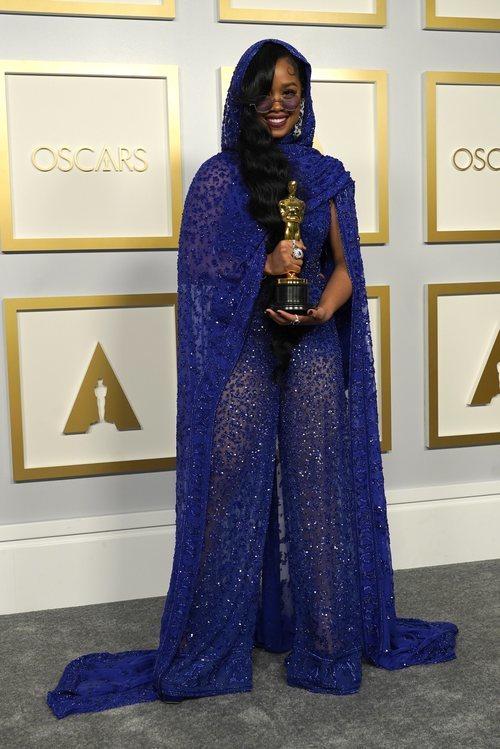 H.E.R. posa con la estatuilla a Mejor Canción Original en los Oscar 2021