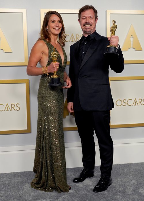 Pippa Ehrlich y James Reed con su Oscar a Mejor Documental 2021