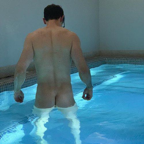 César Toral, conocido como Escaleto, totalmente desnudo de espaldas