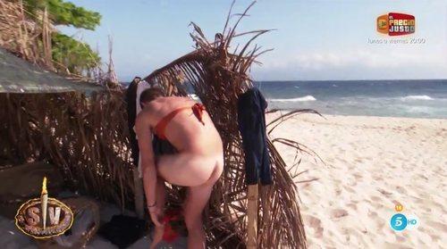 Tom Brusse enseña el culo mientras se pone un bikini en 'Supervivientes 2021'