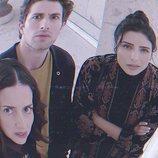Aislinn Derbez, Darío Yazbek Bernal y Cecilia Suárez en la película de 'La casa de las flores'