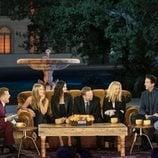 James Corden junto a la icónica pandilla en 'Friends: The Reunion'