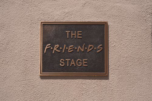 "Cartel del plató ""The Friends Stage"" donde se graba 'Friends: The Reunion'"