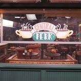 Cartel de Central Perk, la cafetería de 'Friends: The Reunion'