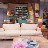 Sofá del apartamento de Monica y Rachel en 'Friends: The Reunion'