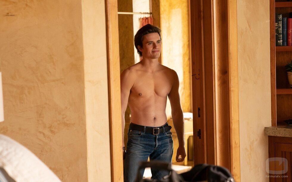 George Sear sin camiseta en la segunda temporada de 'Con amor, Victor'