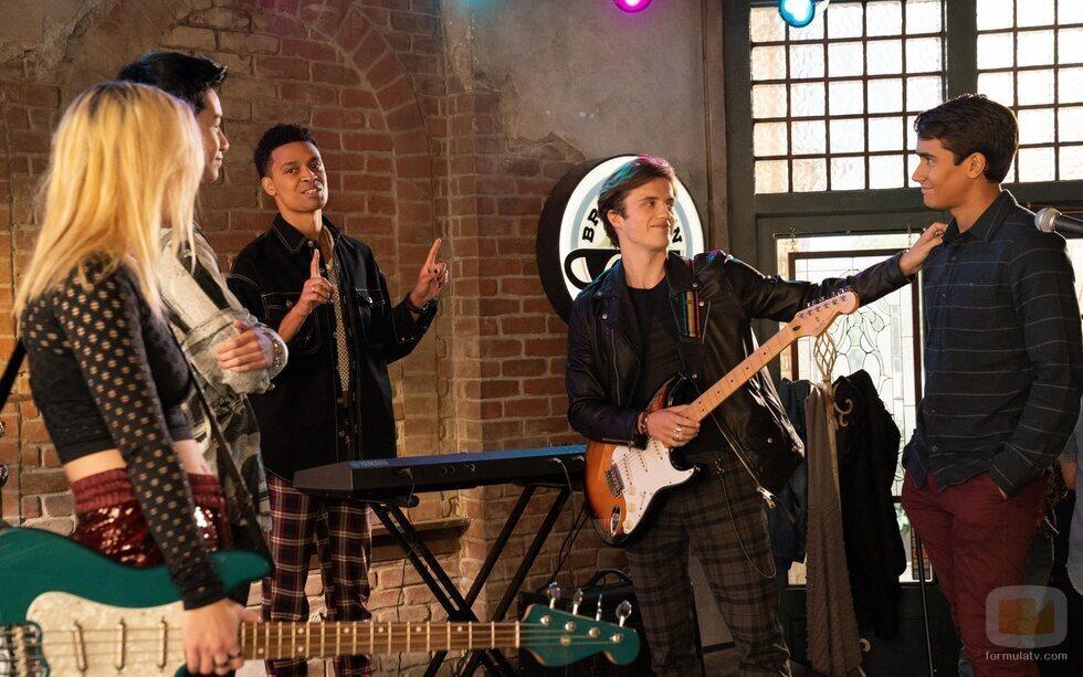 Victor con los amigos de Benji en la segunda temporada de 'Con amor, Victor'