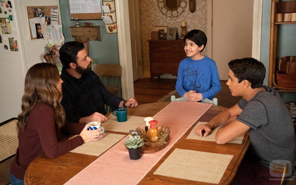 Ana Ortiz, James Martinez, Mateo Fernandez y Michael Cimino en la segunda temporada de 'Con amor, Victor'