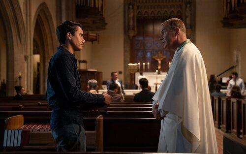 Victor en la iglesia en la segunda temporada de 'Con amor, Victor'