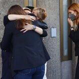 Terelu Campos se funde en un abrazo con varias compañeras de 'Sálvame' en el tanatorio por la muerte de Mila Ximénez